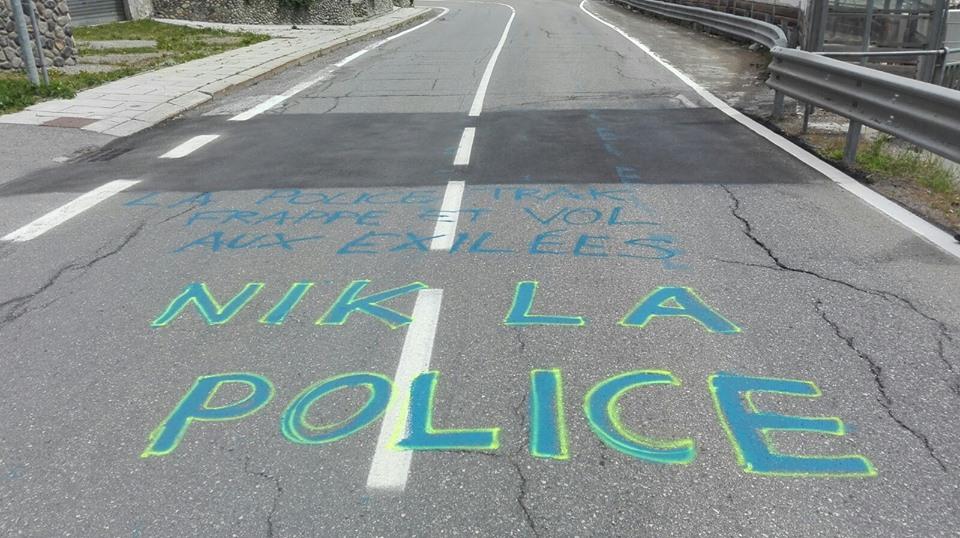 La police menace, frappe et vole l'argent aux exilées de passage.