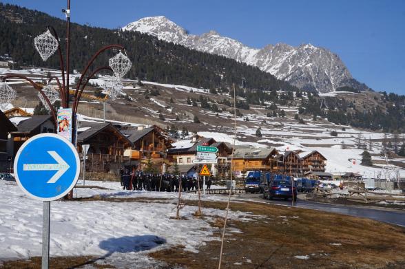 Attirer les touristes, collaborer et se taire : comment la station du Montgenèvre protège l'ordre de la frontière